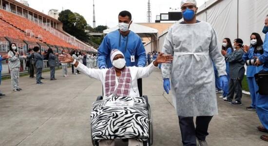 Paciente recebe alta de hospital de campanha