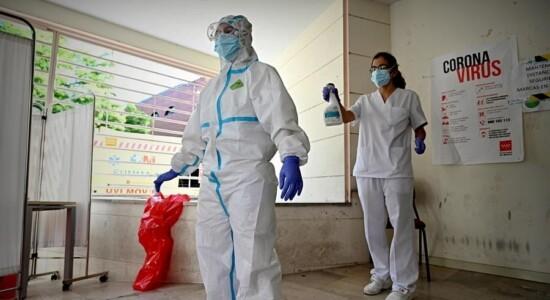 Médico passa por desinfecção na Espanha