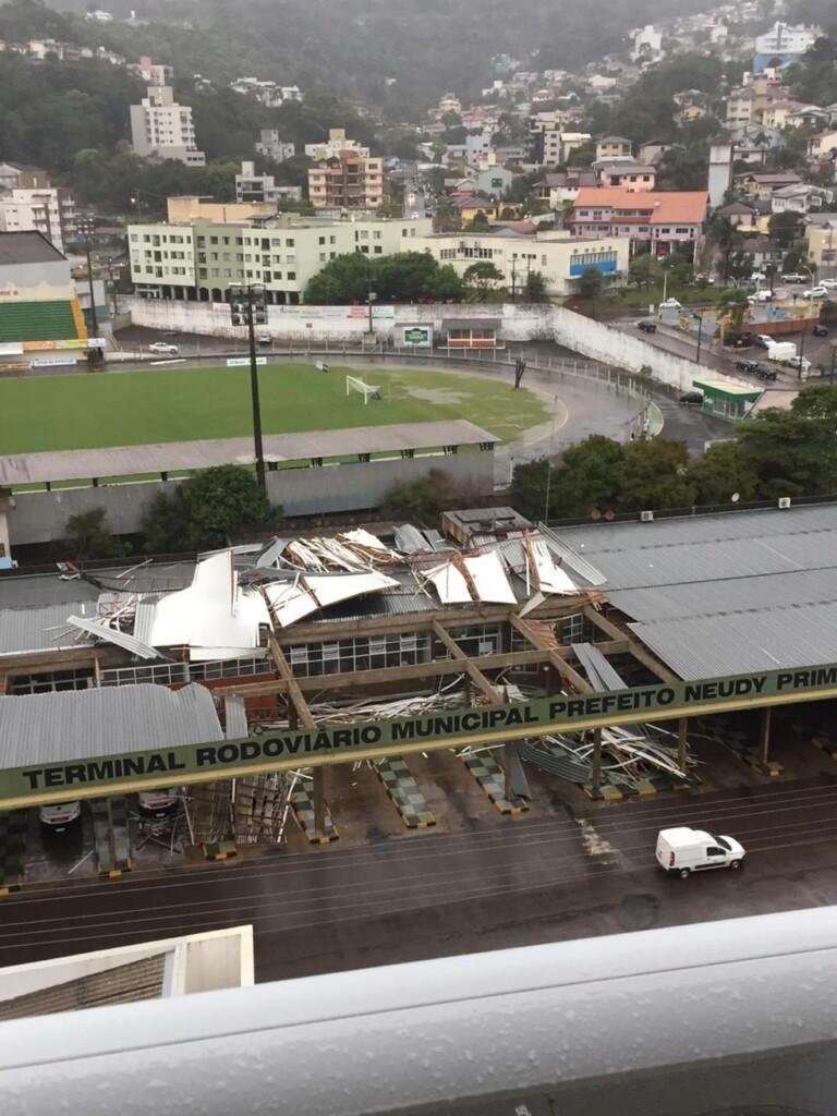 Temporal causou estragos no terminal rodoviário, em Concórdia
