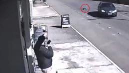 Criança caiu de carro em movimento e ainda saiu andando
