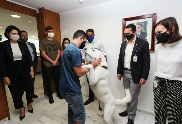 Zeus reencontra o dono e se despede da família Bolsonaro