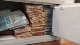 Polícia encontrou cofre cheio de dinheiro