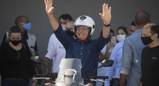 Presidente Jair Bolsonaro leva sua moto para revisão