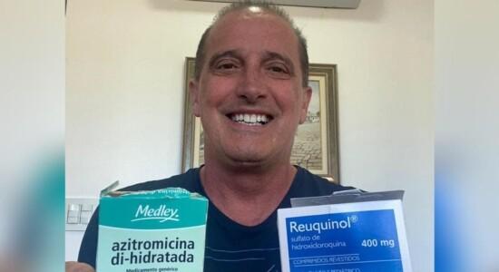 Ministro Onyx Lorenzoni com caixa de medicamentos
