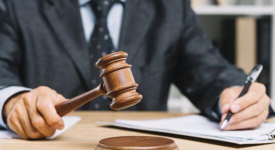 close-up-de-juiz-dar-veredicto-batendo-mallet-escrivaninha_23-2147898256