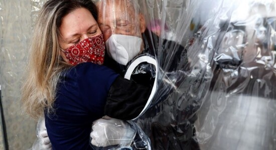 Cortina de plástico permite dar abraços em idosos no asilo