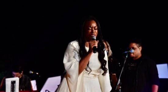 Elaine Martins cantou e emocionou na live MK 10 Milhões