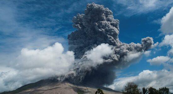 Indonésia: Erupção de vulcão gera coluna gigante de cinzas