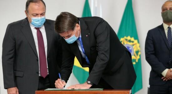 Presidente Jair Bolsonaro assina MP para compra das vacinas de Oxford contra Covid-19