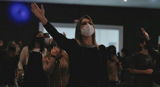 refeitos e governadores podem proibir a realização presencial de missas e cultos