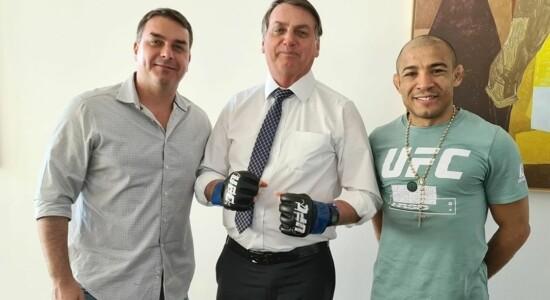 Flávio e Jair Bolsonaro juntos com o lutador José Aldo