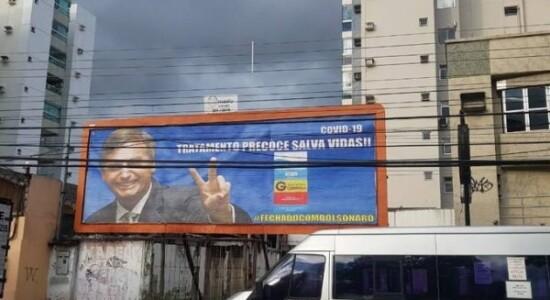 Outdoor sobre a cloroquina com a foto de Bolsonaro