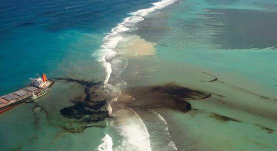 Vazamento de mil toneladas de óleo atinge Ilhas Maurício