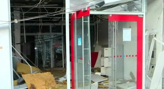 Criminosos explodem banco durante a madrugada