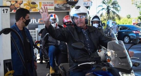 Bolsonaro passeia de moto em Brasília