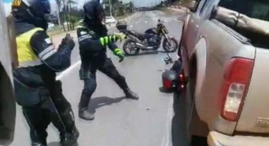 Delegado passou por cima de moto dos agentes de trânsito