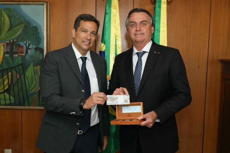 Bolsonaro ganha presente do presidente do BC: Uma nota de R$ 200