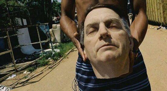 Obra de arte mostra a cabeça decepada de Bolsonaro