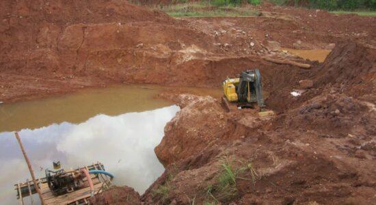Extração ilegal de diamantes na Terra Indígena Cinta Larga em Rondônia