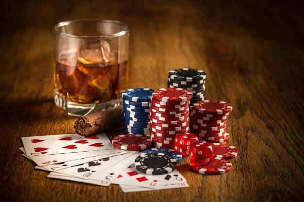 charuto-batatas-fritas-para-jogar-beber-e-jogar-cartas_155003-3605