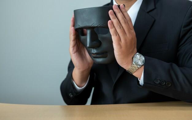 homem-de-negocios-com-uma-mascara-negra-cobrindo-a-falta-de-sinceridade-de-fazer-negocios-juntos_44680-149