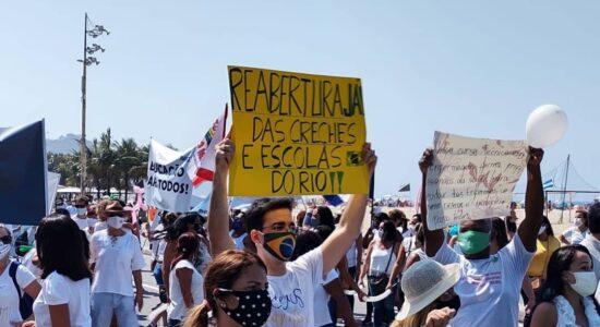 Grupo protesta pelo retorno das aulas