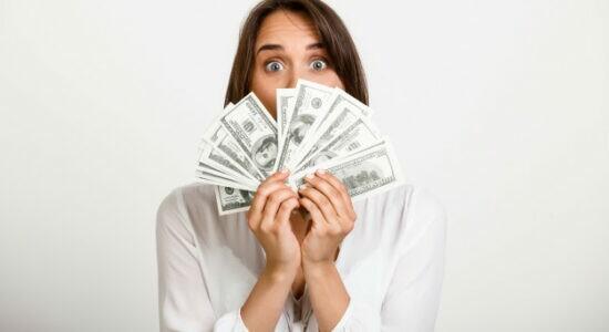 mulher-de-sorte-ganhou-muito-dinheiro_176420-16255