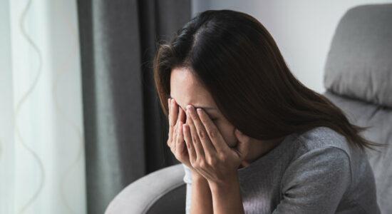 mulher-deprimida-e-tristeza-chorando-sozinha-em-casa_44943-1117