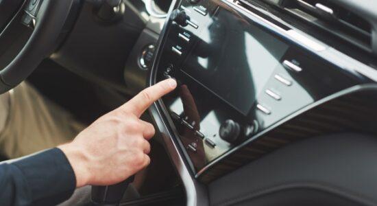 o-homem-inclui-um-sistema-de-audio-no-carro_146671-18654