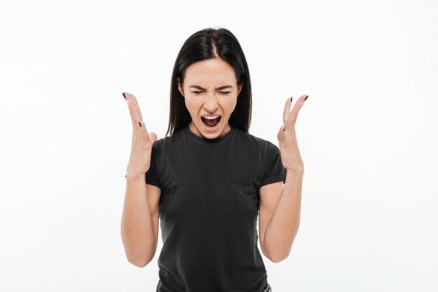 retrato-de-uma-mulher-irritada-e-irritada-gritando-alto_171337-4178