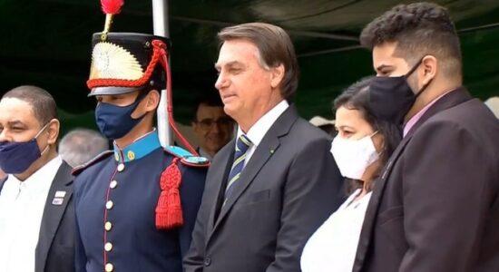 Bolsonaro participa da entrega de espadins aos cadetes da Aman