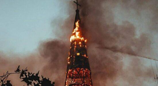 Igrejas foram incendiadas por ativistas no Chile