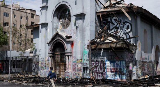 Igreja queimada no Chile