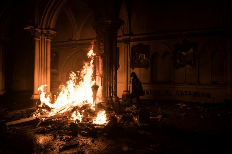 Manifestantes incendiaram igrejas em Santiago, no Chile