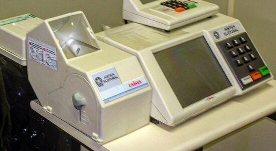 Urna eletrônica com impressora do voto