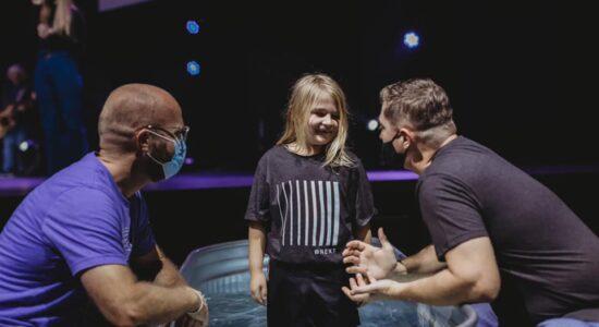 Menina leva família para Igreja e todos se batizam juntos