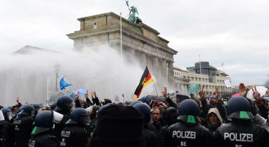 Na Alemanha, polícia usa da força para dispersar manifestação contra restrições