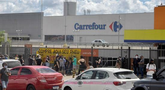 Protesto em frente ao Carrefour onde homem foi morto após ser espancado por seguranças