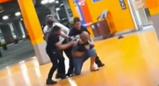 Homem negro é espancado e morto por segurança e PM em Carrefour de Porto Alegre-6409111