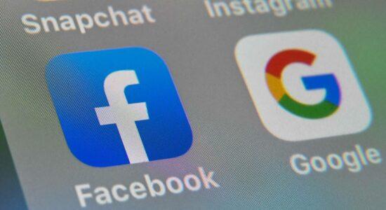 Ícones do Facebook e do Google em tela de celular