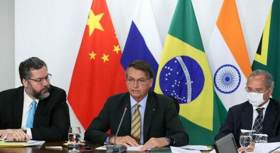 Presidente Jair e os ministros Ernesto Araújo e Paulo Guedes durante cúpula do Brics
