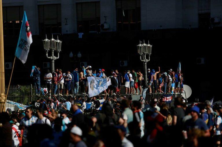 Cortejo a Maradona levou multidão às ruas de Buenos Aires