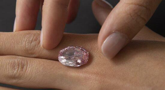 Raro diamante rosa é vendido por US$ 26,6 milhões em Genebra