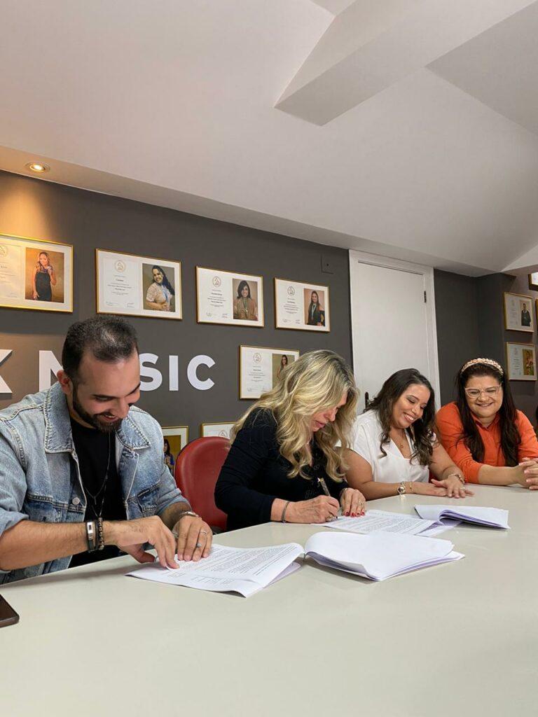 Arthur Callazans assina contrato com a MK Music