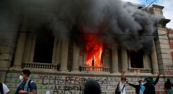 Manifestantes incendiaram o Congresso na Guatemala