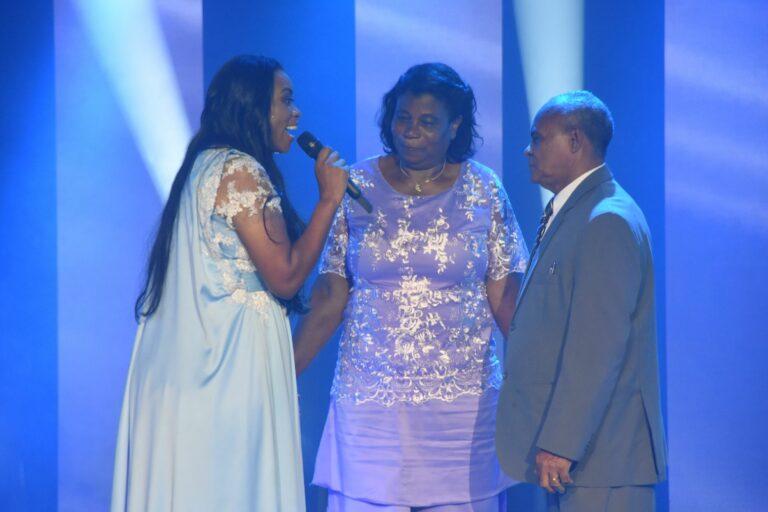 Elaine Martins lança clipe com a participação especial de sua família