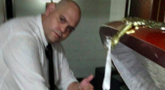 Funcionário de funerária tira foto com corpo de Maradona