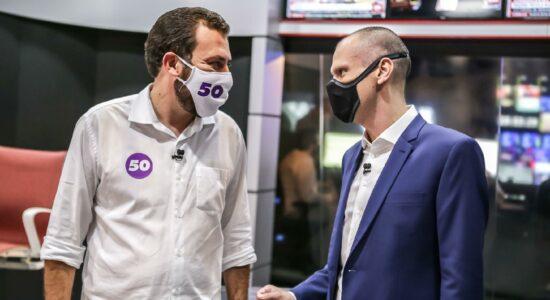 Guilherme Boulos e Bruno Covas conversam durante passagem pela CNN Brasil