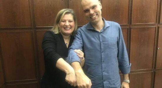 Joice Hasselmann e Bruno Covas lado a lado sorrindo e com os braços entrelaçados
