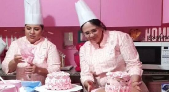 Ministra Damares Alves aprendendo a confeitar bolo